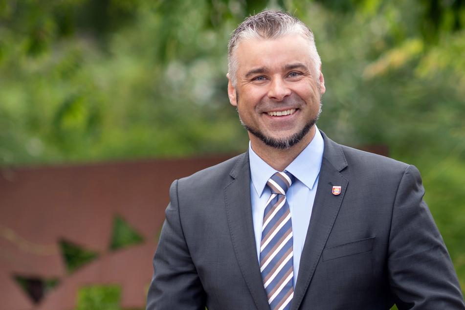Heiko Schmidt (CDU), Bürgermeister von Sonsbeck, steht in einem Park.