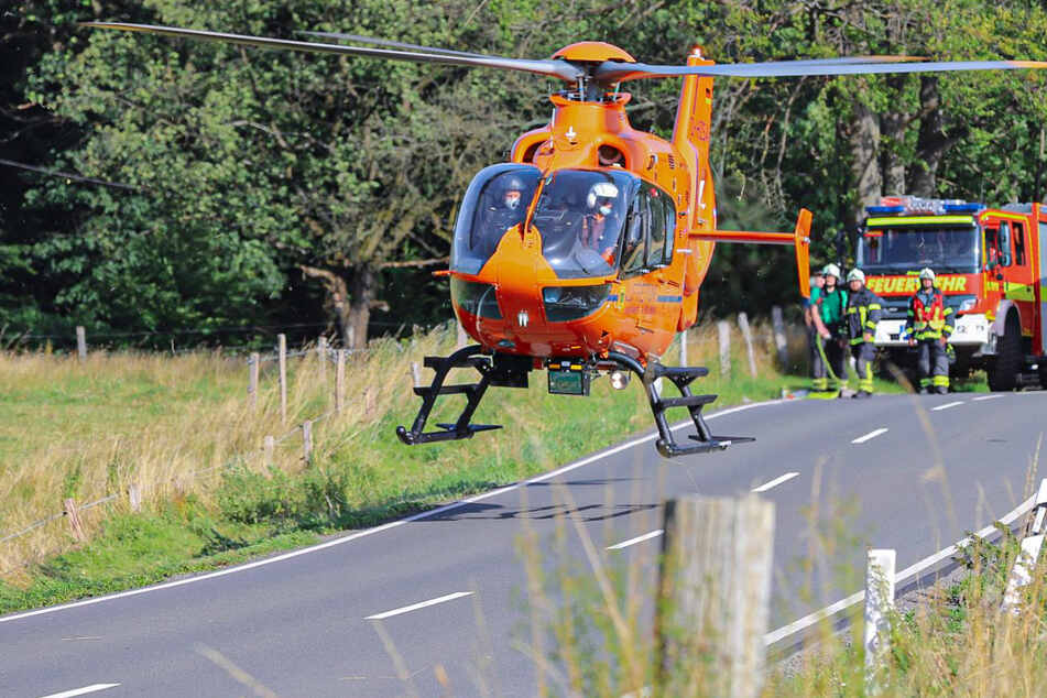 Bikerin kracht frontal gegen Auto: Hubschrauber fliegt 20-Jährige ins Krankenhaus