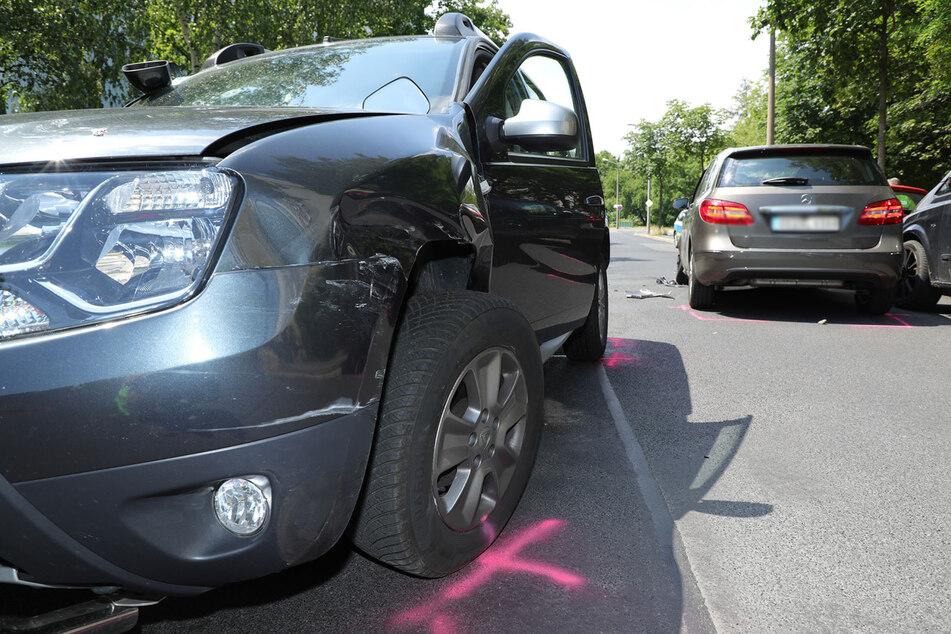 Der Dacia wurde auf der Fahrerseite am stärksten beschädigt.