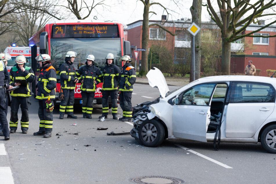 Der Unfallwagen steht mit ausgelösten Airbags vor dem Linienbus.