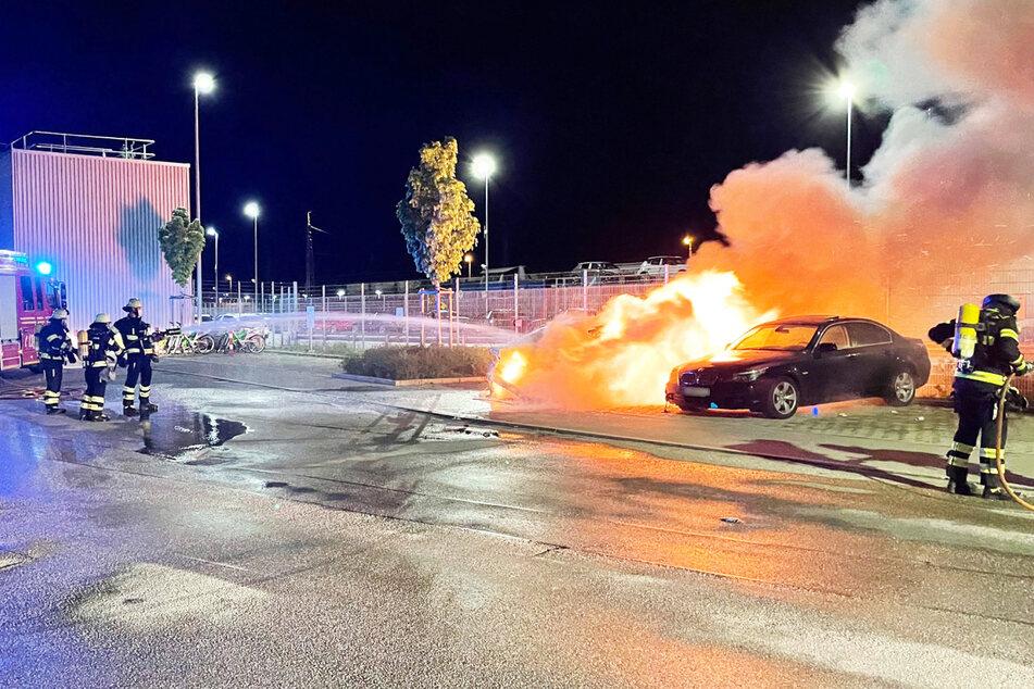 In der Nacht zum Samstag hat im Münchner Stadtteil Milbertshofen ein Fahrzeugbrand für einen großen Feuerwehreinsatz gesorgt.