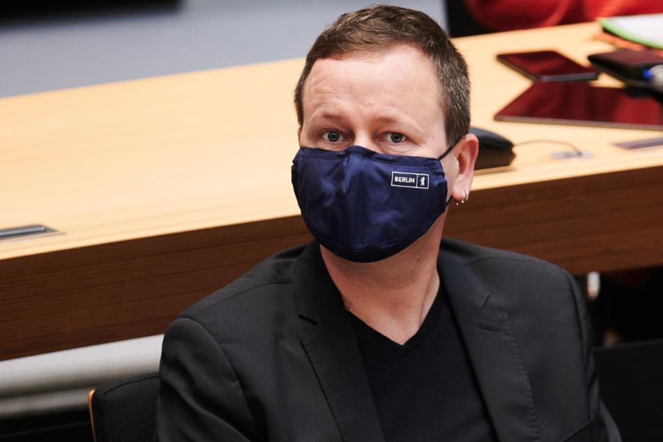 Klaus Lederer (Die Linke), Senator für Kultur, sitzt mit Berlin-Logo Maske bei der Plenarsitzung im Berliner Abgeordnetenhaus, auf seinem Platz.