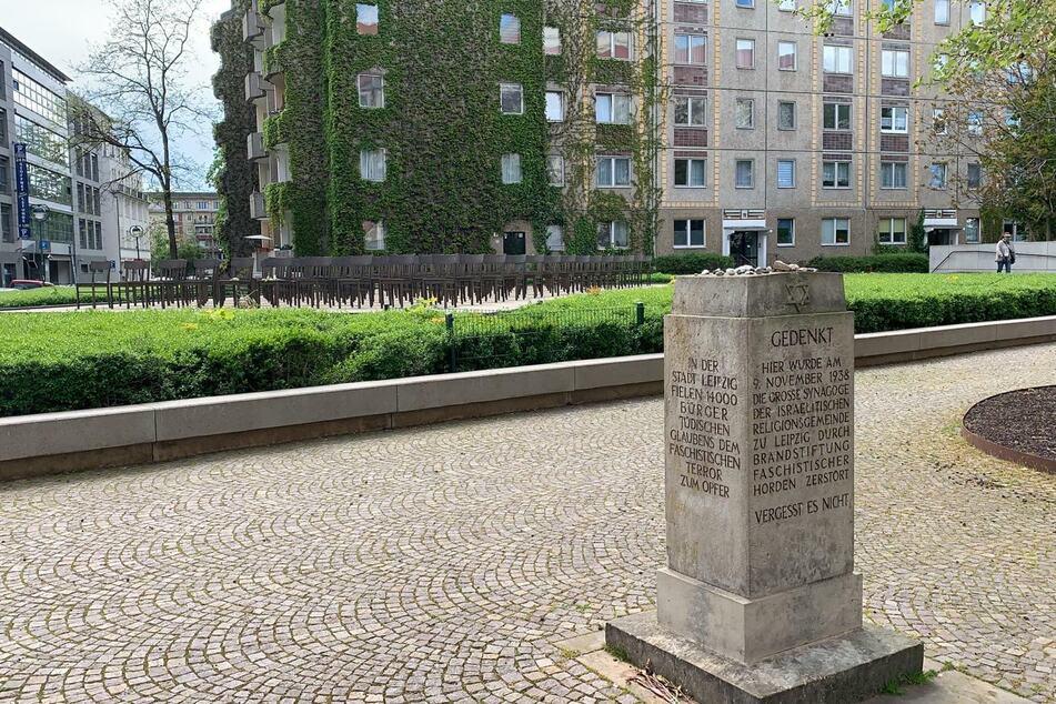 Die Gedenkstätte befindet sich an der Gottschedstraße, Ecke Zentralstraße.