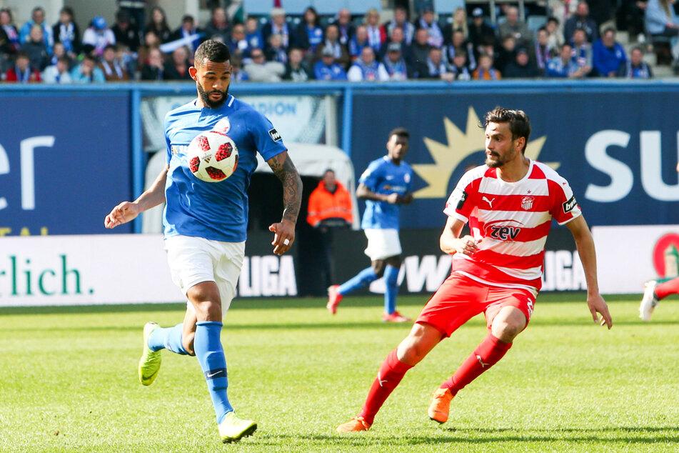 Cebio Soukou (28, l.) ging schon einmal einen Schritt zurück und wechselte von Aue nach Rostock, wo er beim FC Hansa in der 3. Liga eine herausragende Saison hinlegte.