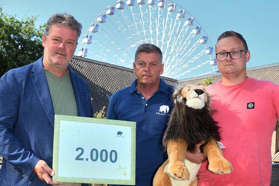 Stefan Bollert (Kids2Go GmbH, links), Christopher Landsberg (Kölner Zoo, mitte), Willi Kipp (Kipp & Sohn KG, rechts) haben sich zusammengetan und wollen Familien, die durch die Flut einiges verloren haben, eine Freude machen.