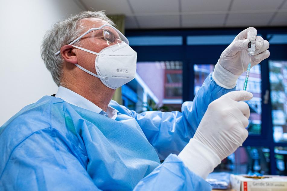 Ab Montag wird auch das Krankenhauspersonal in NRW gegen Corona geimpft.(Symbolbild)