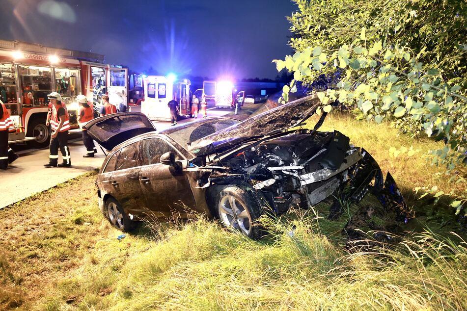 Der schwarze Audi A4 Avant ist sichtlich vom Unfall gezeichnet.
