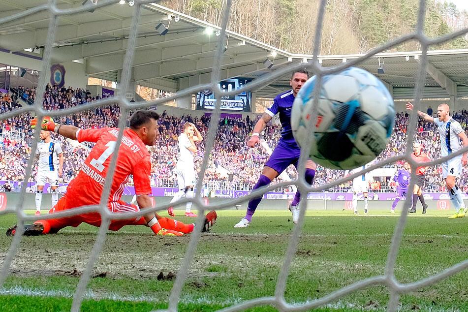 Pascal Testroet überwindet den Hamburger Schlussmann Daniel Heuer. Der Ex-Dynamo erzielte in der abgelaufenen Saison sieben Tore für die Veilchen.