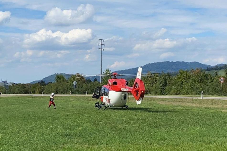 Mit dem Rettungshubschrauber wurde die schwer verletzte Person ins Krankenhaus gebracht.