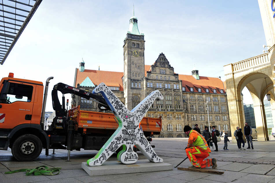 Mitarbeiter der Stadt haben am Montag die Figur wieder auf dem Neumarkt aufgestellt.