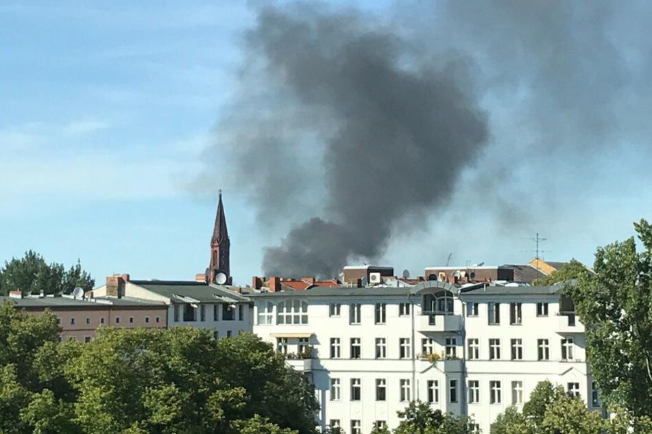 Eine Rauchwolke ist über dem Bezirk Berlin-Kreuzberg zu sehen.