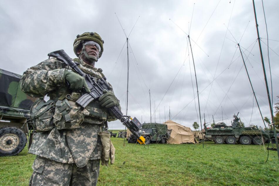 Ein US-Soldat steht in Kleinfalz nahe dem Truppenübungsplatz Grafenwöhr vor einem mobilen taktischen Lagezentrum der US-Armee.
