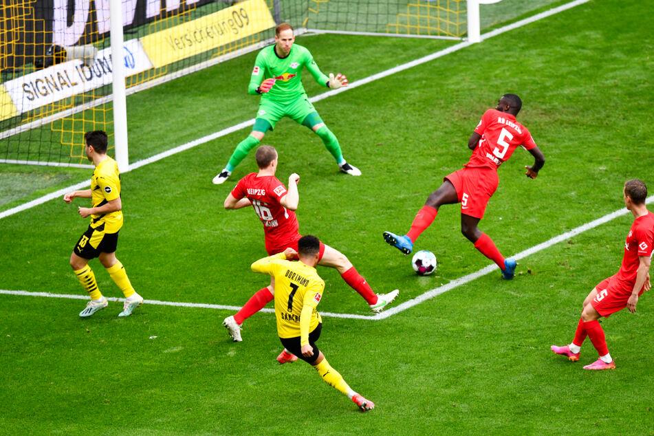Jadon Sancho (Nr. 7) trifft mit seinem überlegten Schuss in die lange Ecke zum 2:0 für den BVB.