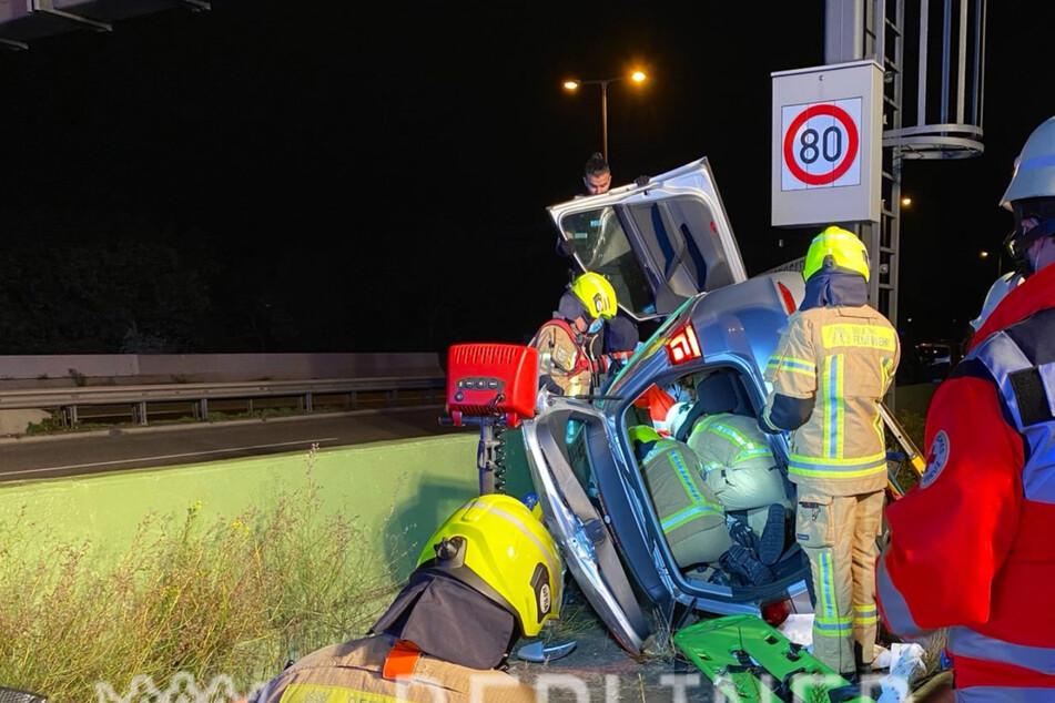 Unfall A100: Unfall auf der A100: Mann wird in umgekipptem Auto eingeklemmt und schwer verletzt