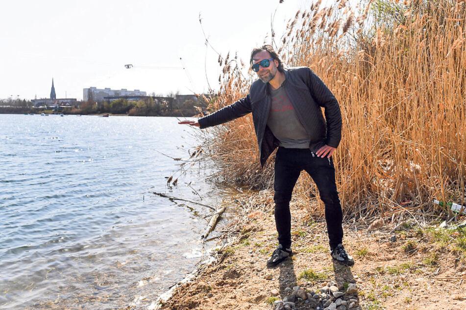 Kiessee-Eigentümer Martin Riedel (47) zeigt den eigentlichen Wasserstand.
