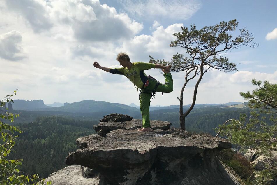 """Torsten Schulze (51) mit der Gleichgewichtsübung """"Der Tänzer"""" auf der Zyklopenmauer."""