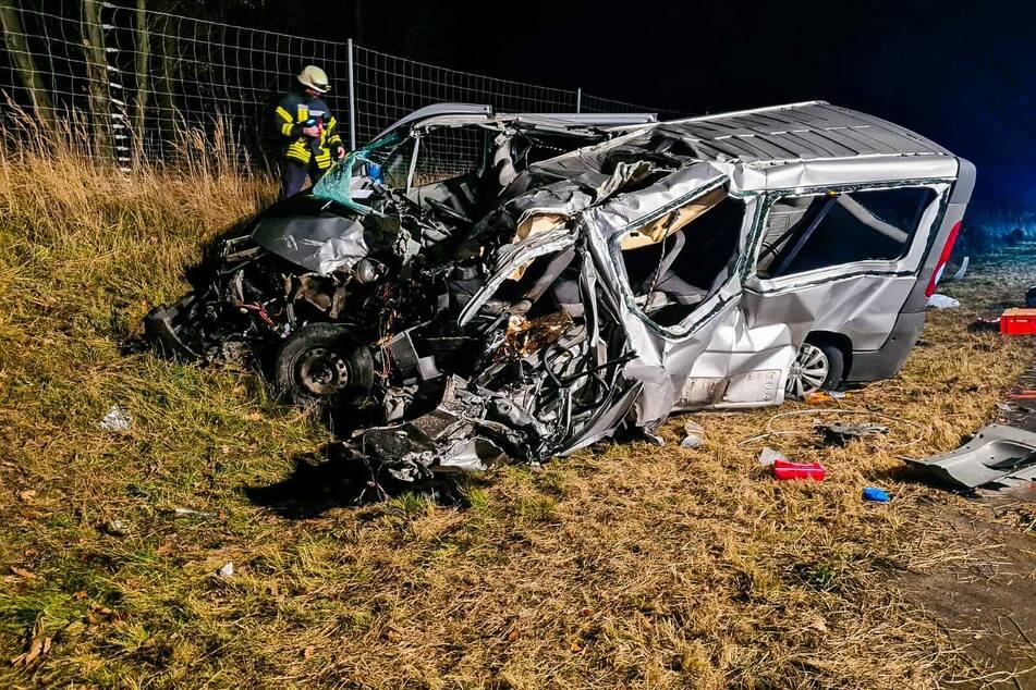 Der Kleinbus wurde bei dem heftigen Zusammenstoß zerstört.