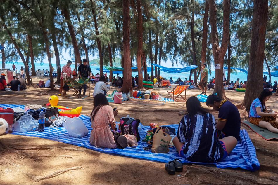 Chonburi: Menschen versammeln sich, um den ersten Tag des Songkran-Neujahrsfestes am Nang Rong Strand zu feiern.