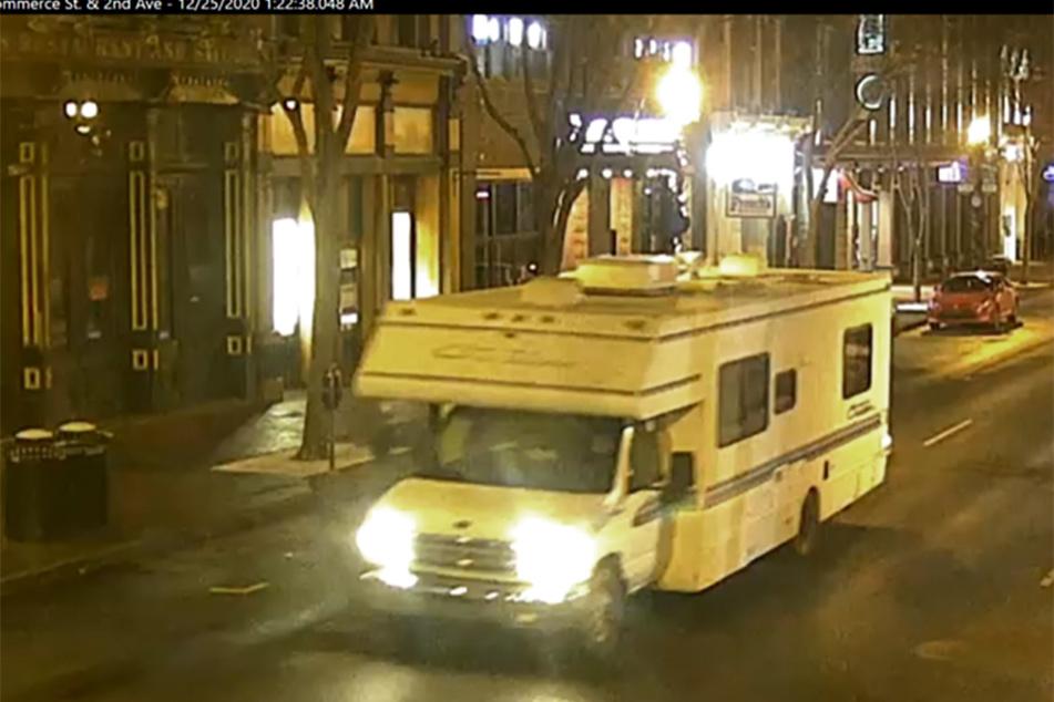 Das Bild aus einem Überwachungsvideo, das von der Metro Nashville Polizei zur Verfügung gestellt wurde, zeigt einen Wohnwagen, der an einer Explosion beteiligt war.
