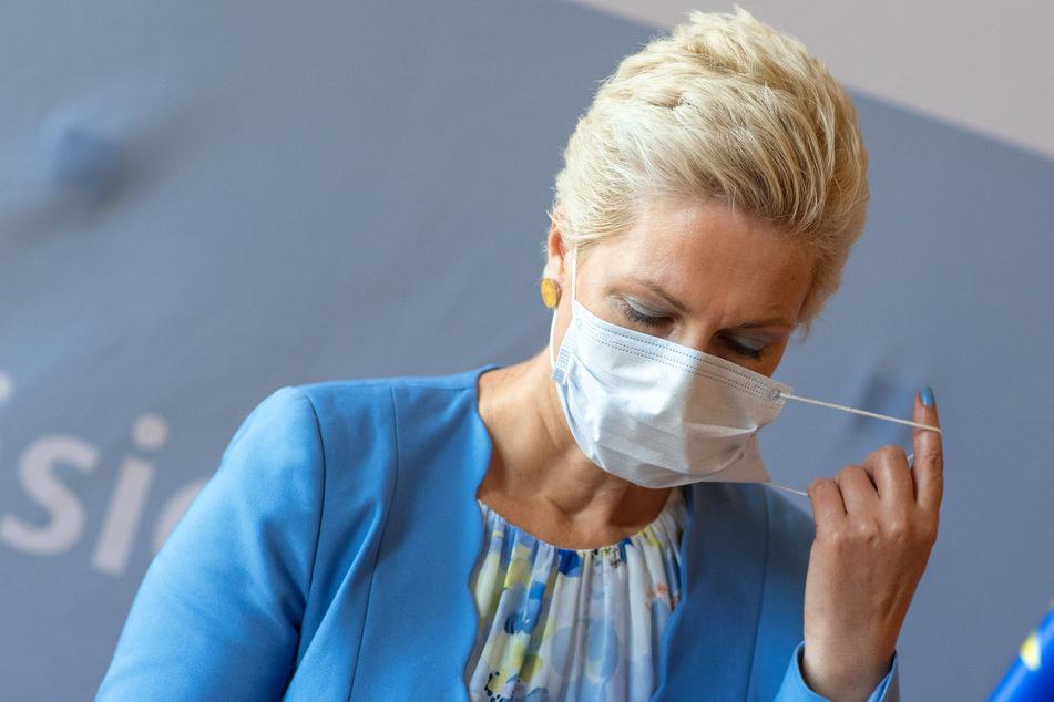 Manuela Schwesig (SPD) nimmt bei einer Pressekonferenz nach der Kabinettssitzung zur aktuellen Corona-Lage ihren Mund-Nasen-Schutz ab.