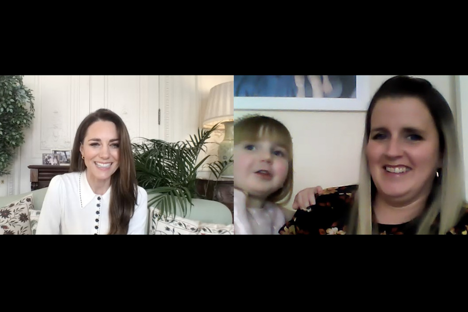 Herzogin Kate (l.) im Videogespräch mit Vicky Jones und deren Tochter Isla (3).