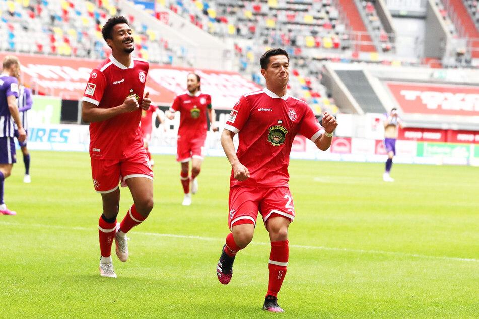 Freude bei den Düsseldorfern! Fortuna-Kicker Shinta Appelkamp (rechts) jubelt zusammen mit Stürmer Emmanuel Iyoha nach dem 1:0.