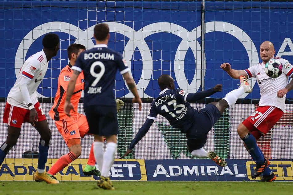 Bochums Raman Chibsah (2.v.r.) trifft zum 1:3 gegen Toni Leistner (r.) vom Hamburger SV.