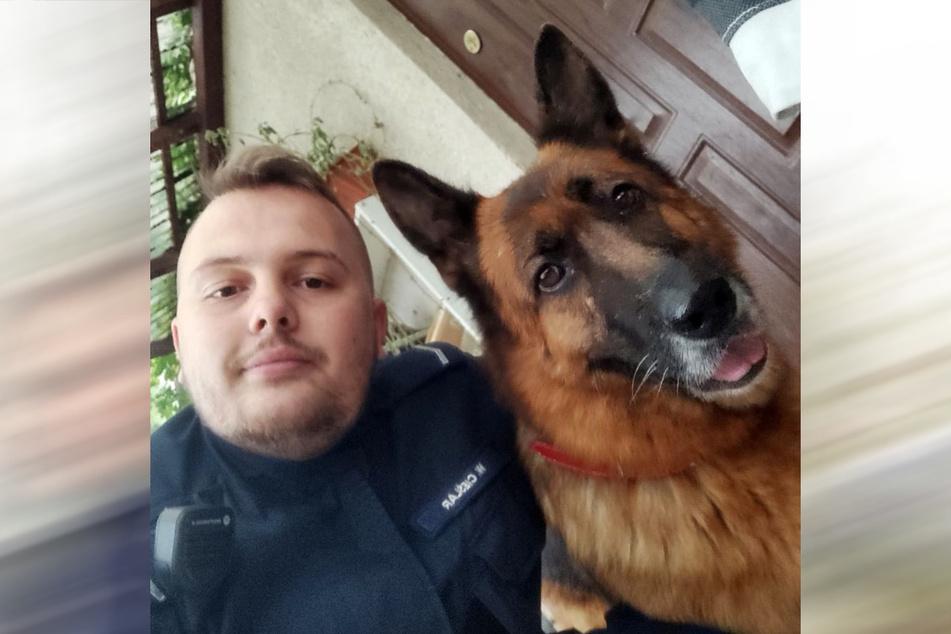 Polizist Wojciech Cieślar hat den Hund namens Hotina bei sich aufgenommen.