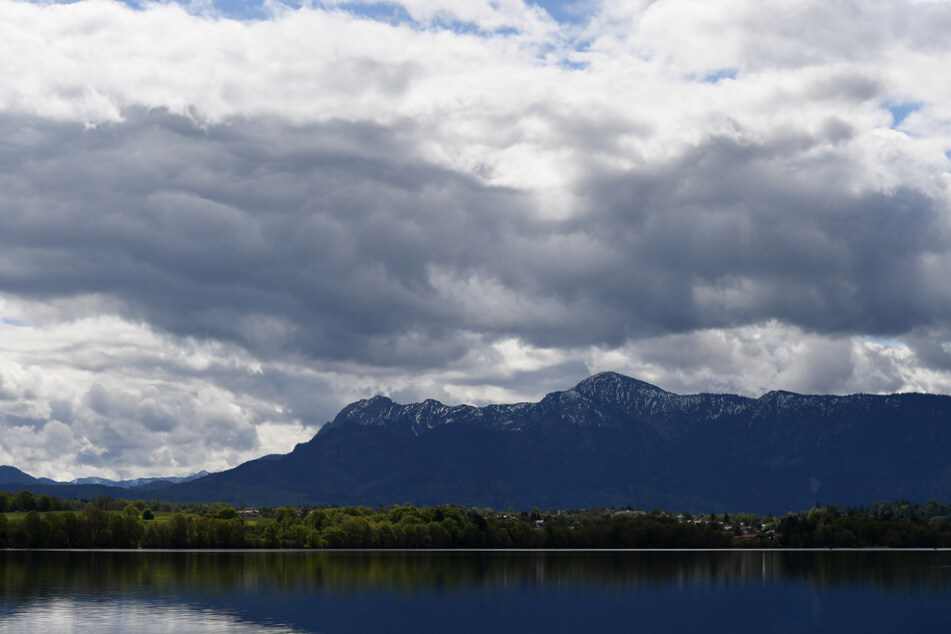 Bayern, Uffing: Dunkle Wolken ziehen über die Gipfel des Estergebirges.