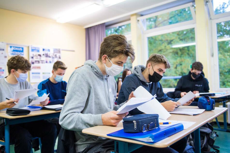 Nach nur einem Tag müssen in Nürnberg die meisten Schüler wieder in den Distanzunterricht. (Archiv)