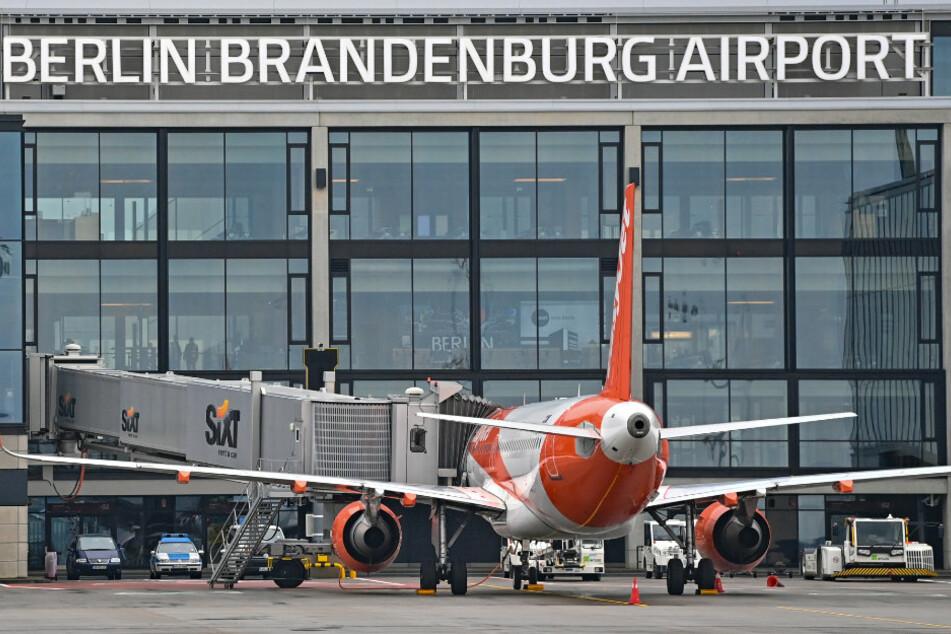 """Ein Passagierflugzeug der britischen Fluggesellschaft Easyjet steht an einem Gate am Terminal 1 vom Hauptstadtflughafen Berlin Brandenburg """"Willy Brandt"""" (BER)."""