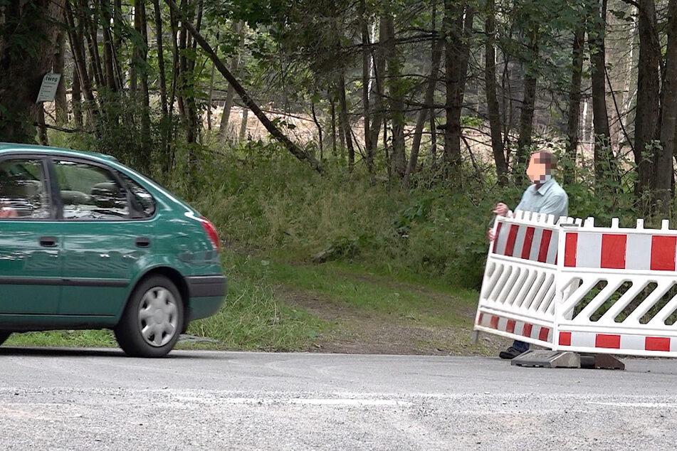 Vereinzelte Autofahrer scheinen die Absperrungen nicht sonderlich ernst zu nehmen.