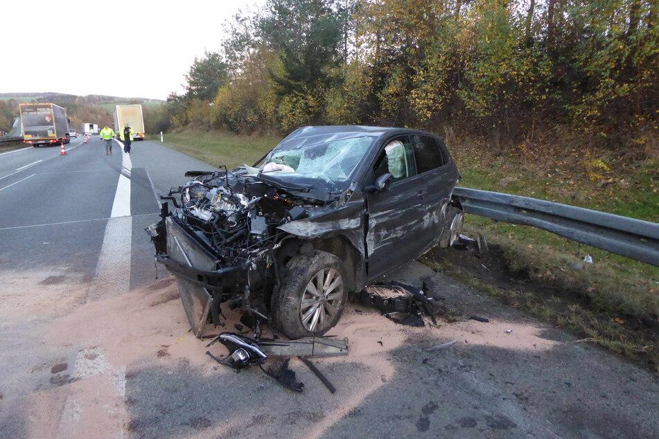 Der VW Polo wurde bei dem Unfall vor dem LKW umhergeschleudert und geriet zwischen Lkw und Leitplanke.