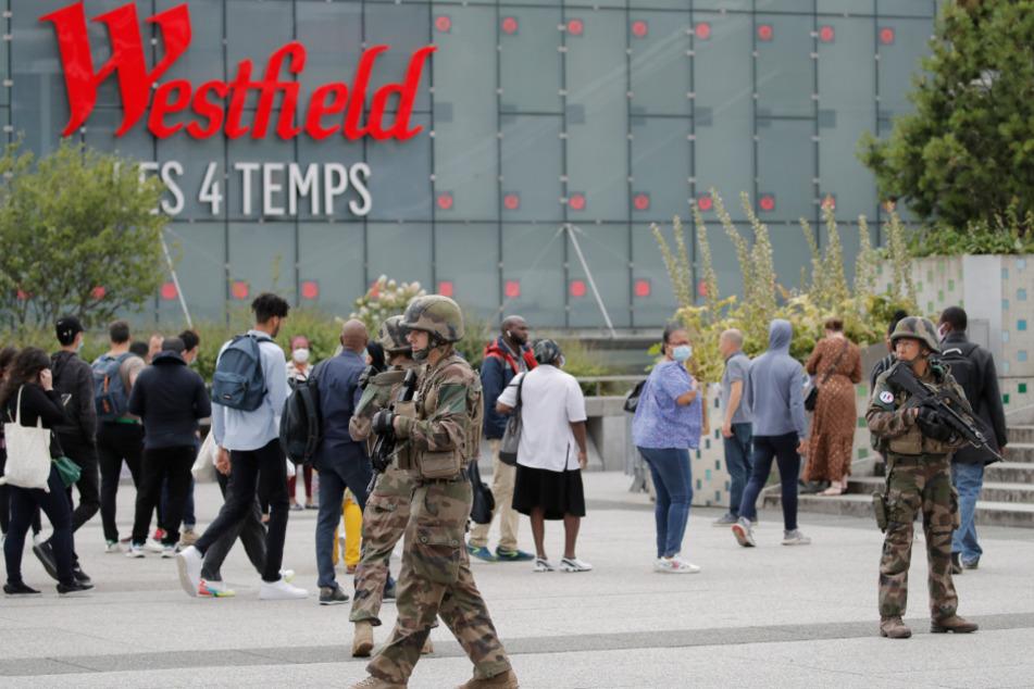 """Soldaten patrouillieren vor dem Einkaufszentrum """"Les Quatre Temps"""" im Geschäftsviertel La Défense westlich von Paris."""