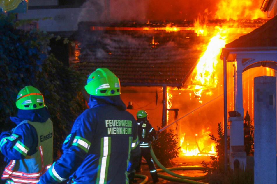 Feuersbrunst: Scheune mit Oldtimer in Flammen