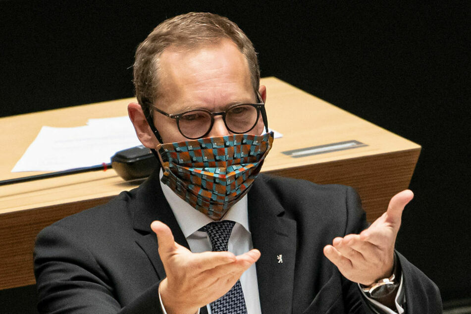 Berlins Regierender Bürgermeister Michael Müller (55, SPD) geht mit gutem Beispiel voran und trägt im Plenarsaal eine Maske.