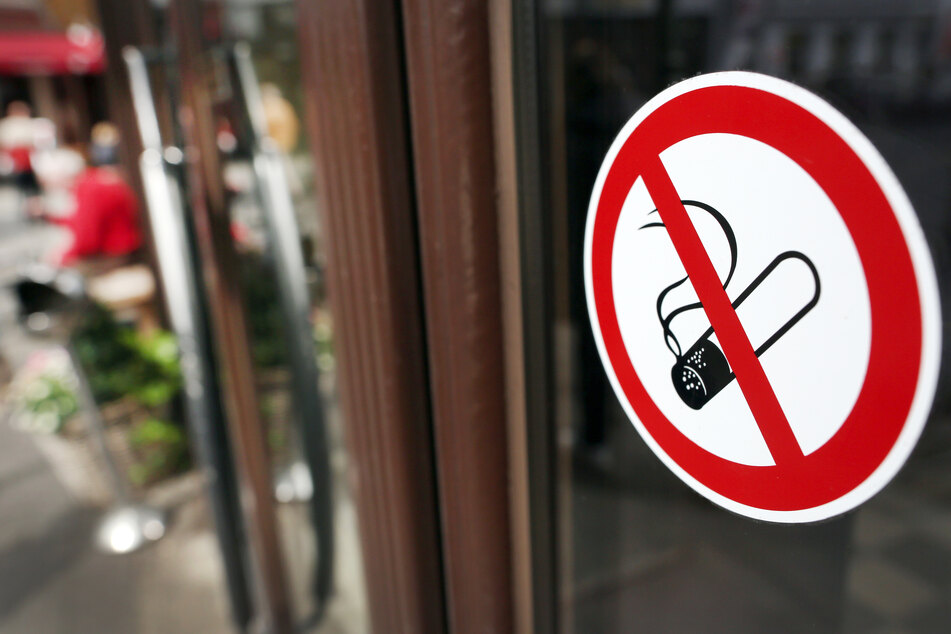 Mehrere englische Städte wollen das Rauchen zunehmend aus der Außengastronomie verbannen.