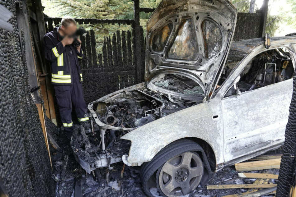 Chemnitz: Auto und Carport durch Feuer zerstört