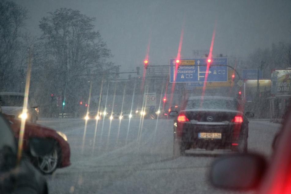 Wer zum Wochenstart auf den Straßen in NRW unterwegs ist, muss mit Gewitter und Starkregen rechnen. (Symbolbild)