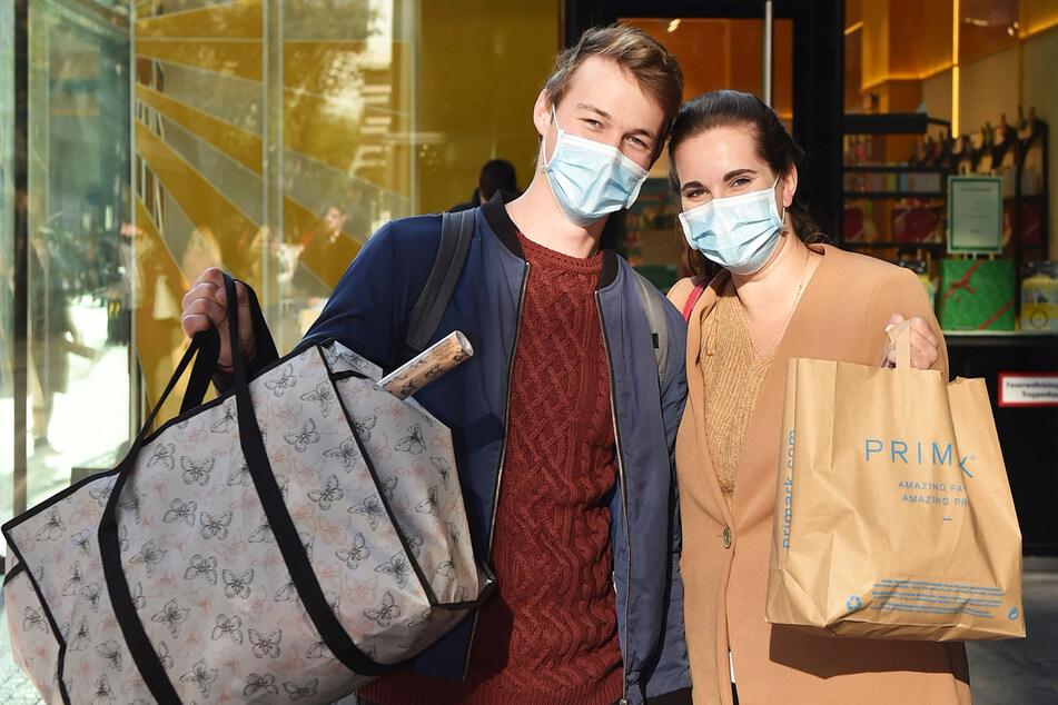 Natalie (21) und Honza (22) aus Prag machen ihre Weihnachtseinkäufe in Dresden.