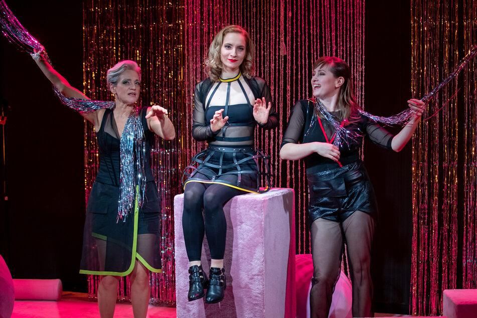 """Die Schauspielerinnen Adeline Schebesch, Anna Klimovitskaya und Lisa Mies (v.l.) bei Proben zum Theaterstück """"Sex Arbeit"""". (Archiv)"""