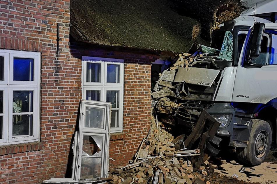 Unfall auf Bundesstraße: Lastwagen kracht in Wohnhaus