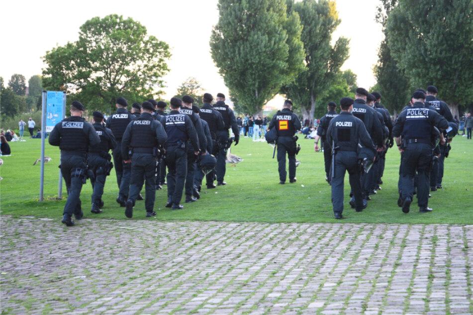 Heidelberg, 23. Mai: Polizisten gehen über die Neckarwiese. Zuvor war es zu Randale und Attacken auf Polizisten gekommen.