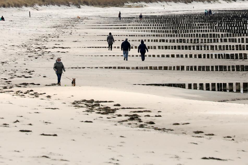 Nur wenige Menschen sind am Ostseestrand in Zingst unterwegs.