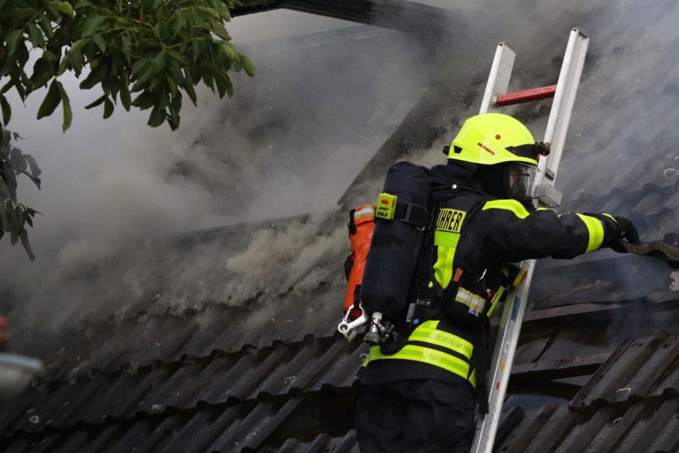 Das Feuer brach am Sonntagnachmittag im alten Ortskern der Gemeinde Altenstadt in der Wetterau aus.