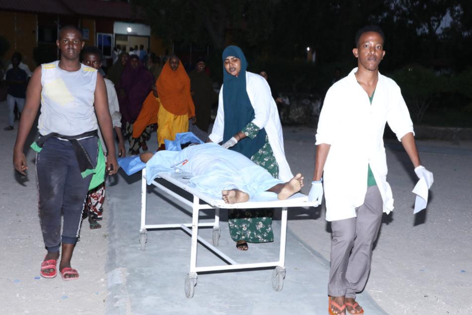 Verwundete werden nach der Explosion zu einer Krankenstation gebracht.