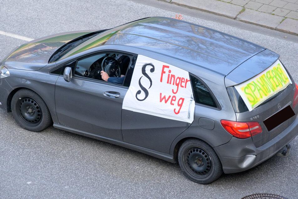 """""""Spahnferkel"""" und """"Finger weg"""" schimpft dieser Demonstrant."""