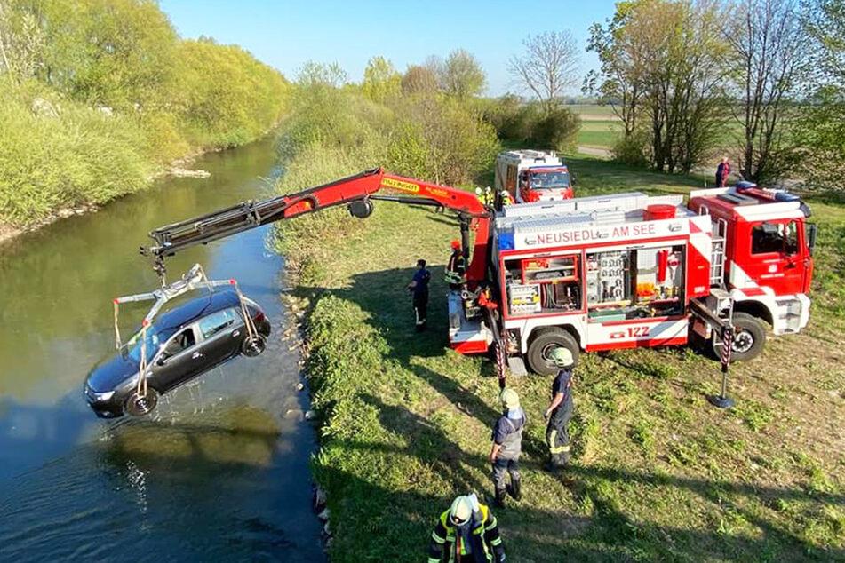 Mittels Kran-Wagen wurde der Dacia aus dem Fluss gehoben.