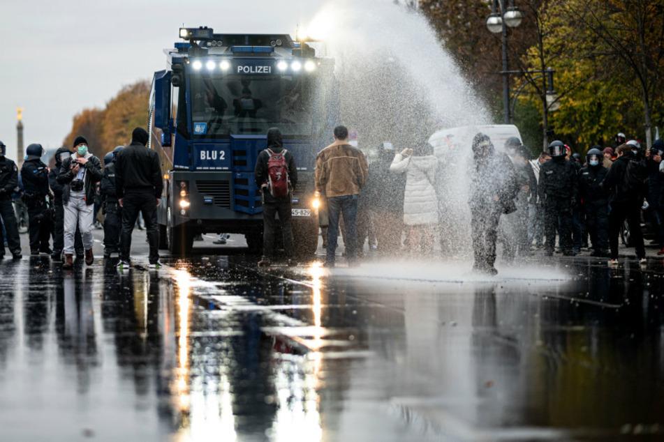 Die Polizei drängen die Teilnehmer der Demonstration gegen die Corona-Einschränkungen mit Wasserwerfern zurück.