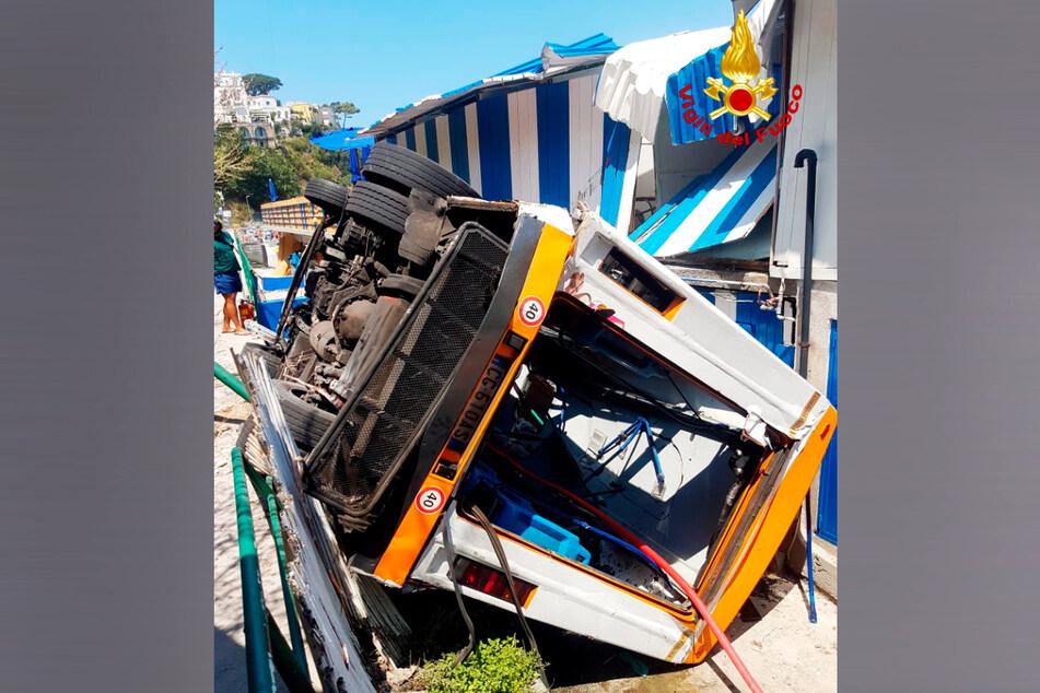 Bei einem Verkehrsunfall mit einem Kleinbus auf der italienischen Urlaubsinsel Capri soll mindestens ein Mensch gestorben sein.